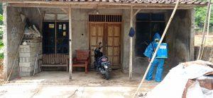 Penyemprotan Disinfektan Di Rumah Salah Satu Warga