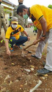 Camat Mojogedang menanam pohon di halaman Kantor Kecamatan